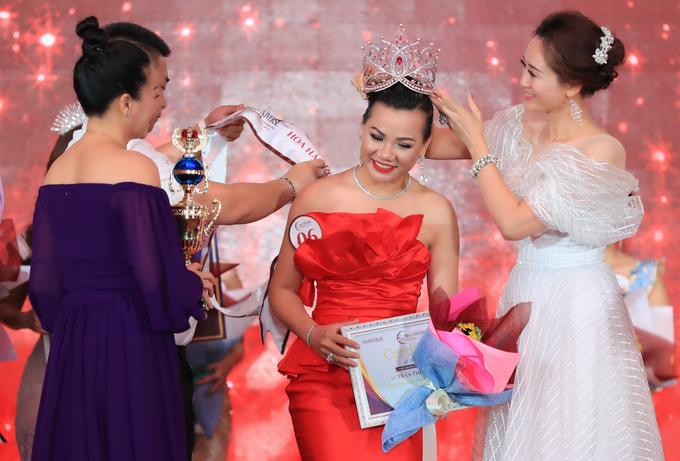 Chung cuộc, Phạm Huệ Đan giành chiến thắng. Giám khảo Đàm Lưu Ly lên trao vương miện cho người đẹp 37 tuổi.