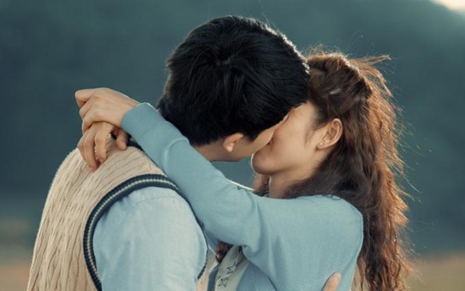 Đôi uyên ương có pha khóa môi đắm đuối trong lần đầu làm người yêu màn ảnh của nhau.