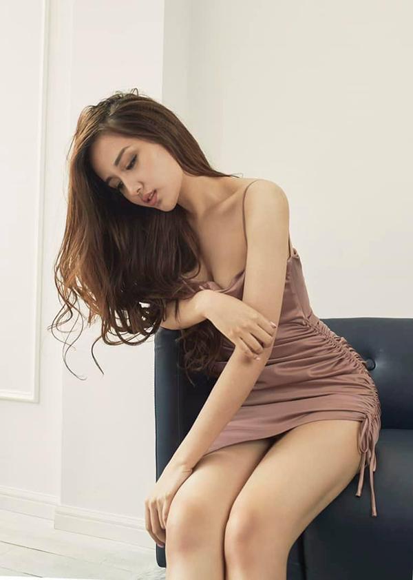 Dù diện đầm dạ hội dáng dài hay các kiểu đầm ngắn sexy, Mai Phương Thuý luôn chọn đồ đơn sắc để chưng diện.