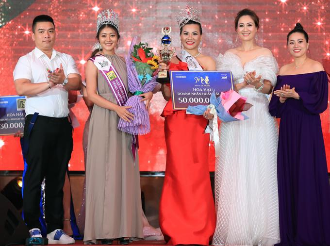 Hoa hậu đảo Johor Bahru làMico Chua(váy xám)là khách mời trong sự kiện tổ chức ở Malaysia. Cô lên sân khấu chụp ảnh cùng tân hoa hậu và cácthành viên ban giám khảo.