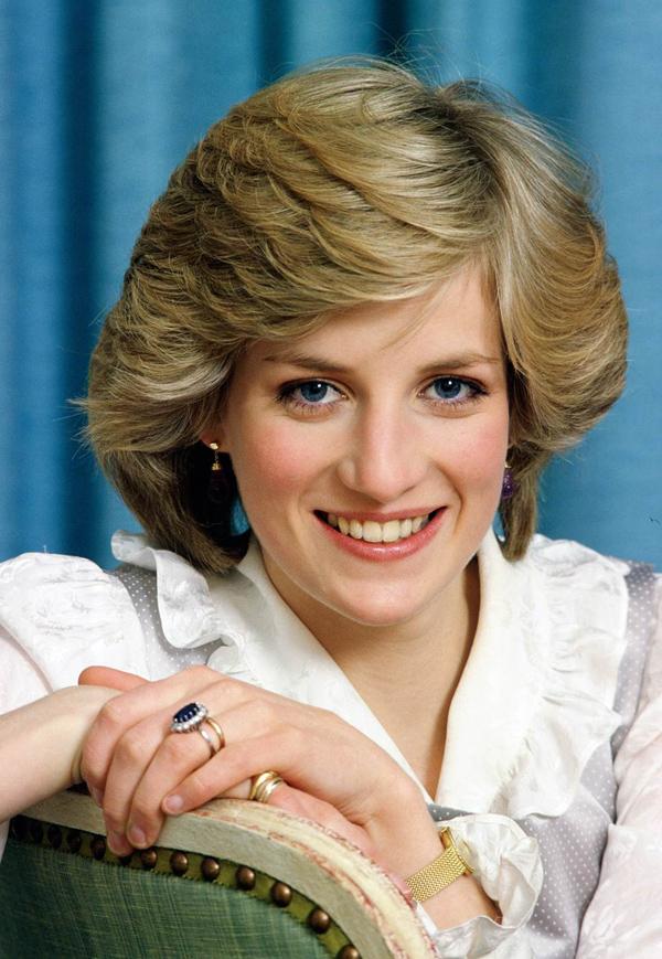 Diana vẫn đeo nhẫn cưới và nhẫn đính hôn sau khi chia tay chồngBà đeo nhẫn mỗi lần xuất hiện trước công chúng trong gần 4 năm sau khi chia tay Thái tử Charles năm 1992. Nguyên nhân cảm động cho điều này là bà muốn tỏ ra mọi chuyện vẫn ổn để hai con trai khỏi đau lòng, đến khi việc ly hôn hoàn tất.