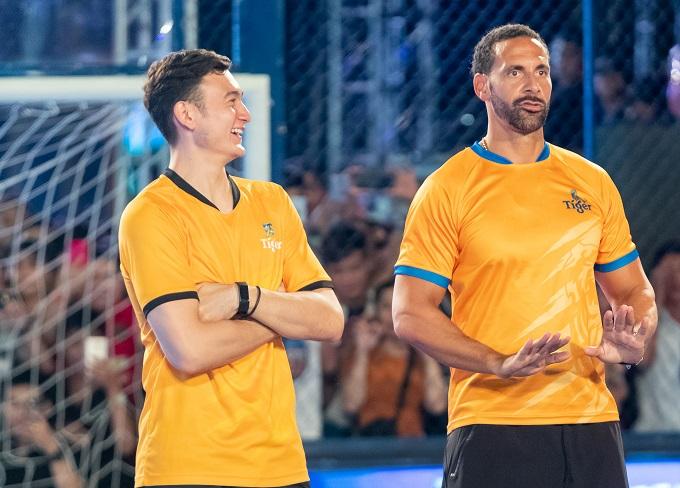 Văn Lâm cười tươi khi đứng cạnh Rio Ferdinand.