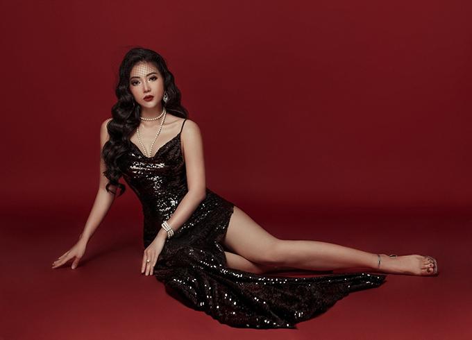 Thanh Hương khoe chân dài khi diện đầm cắt xẻ trong bộ ảnh mới thực hiện.