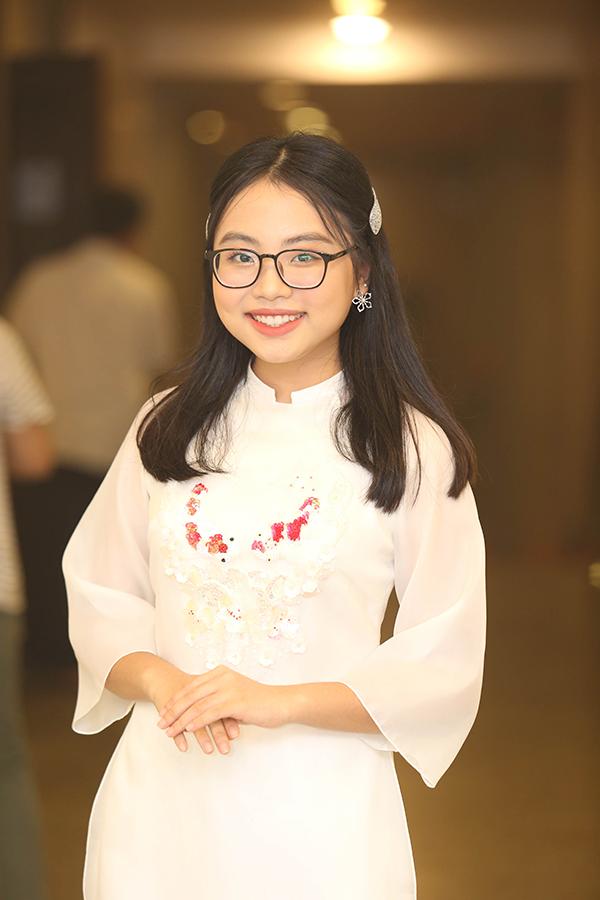 Tối 23/6, Phương Mỹ Chi là một trong những khách mời của liveshow kỷ niệm 22 năm làm nghề của nghệ sĩ Vượng Râu. Rất nhiều khán giả thủ đô tỏ ra bất ngờ trước sự thay đổi ngoại hình của sao nhí ngày nào.