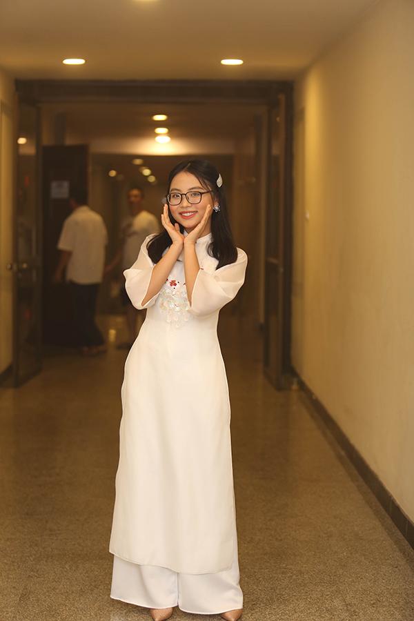 Á quân Giọng hát Việt nhí 2013 giờ đã lớn bổng, ra dáng thiếu nữ trong bộ áo dài thướt tha và đôi giày cao gót.