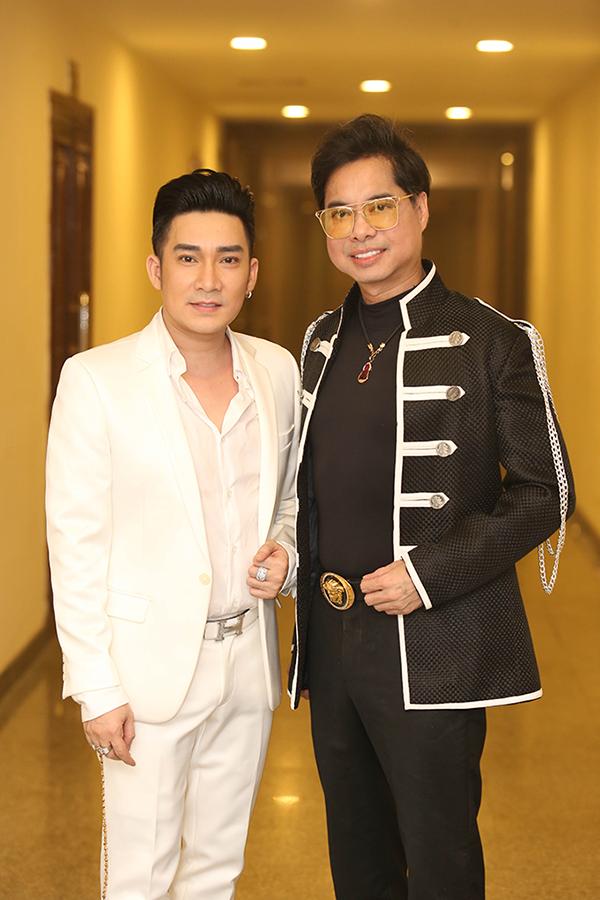 Ca sĩ Quang Hà và Ngọc Sơn cũng là những khách mời của chương trình. Hai nam ca sĩ đều có mối quan hệ thân thiết nhiều năm với Vượng Râu.