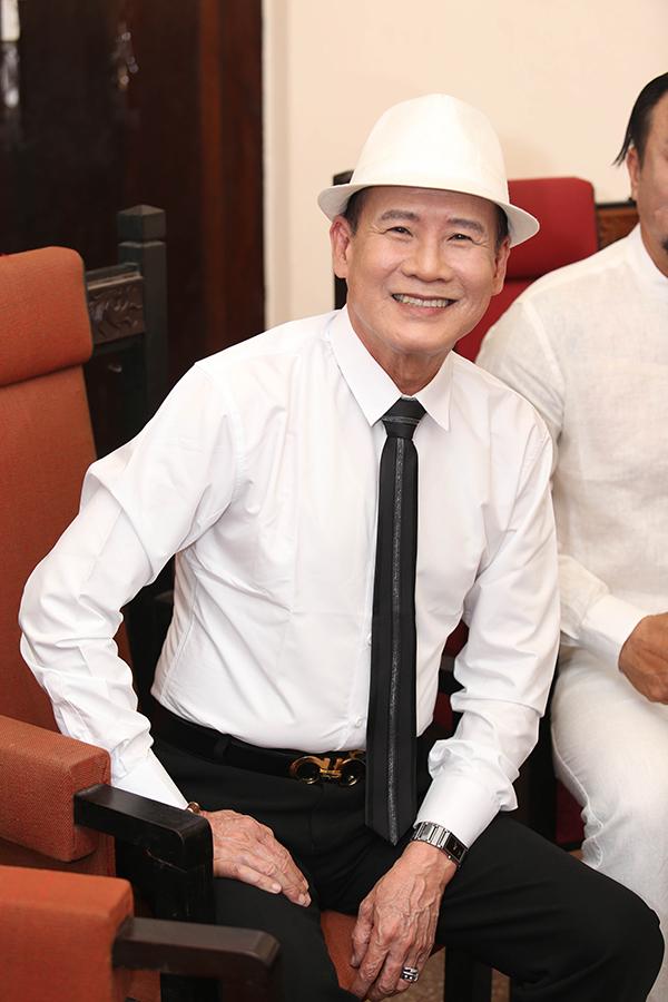 Ca sĩ Tuấn Vũ cũng bay từ Mỹ về ủng hộ liveshow của người em thân thiết. Ông song ca với Vượng Râu bài Con đường xưa em đi.