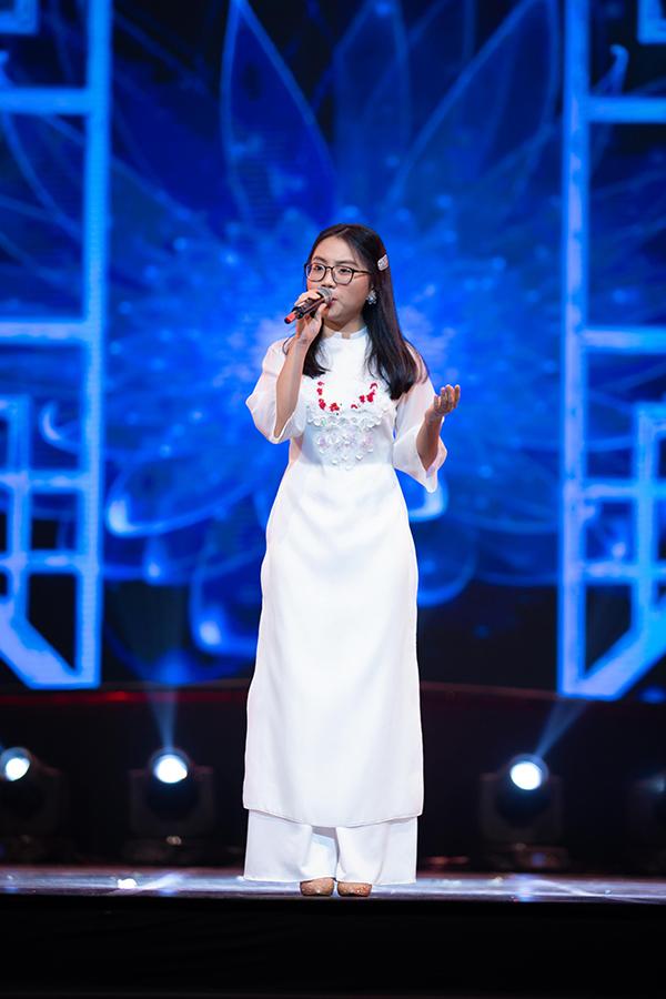 Sau nhiều từ khi trở thành hiện tượng củaGiọng hát Việt nhí 2013, Phương Mỹ Chi vẫn được đón nhận nồng nhiệt khi hát dân ca. Trên sân khấu thủ đô tối 23/6, cô bé dân ca hát Giấc mơ cánh cò, Hình ảnh người em không đợi.