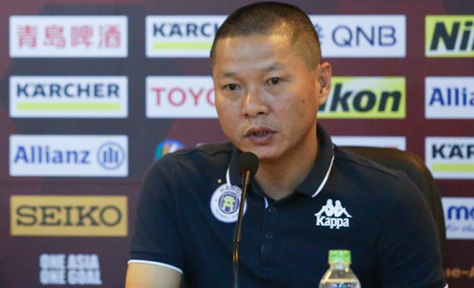HLV Chu Đình Nghiêm trả lời họp báo trước trận đấu với Ceres Negros. Ảnh: Đương Phạm.