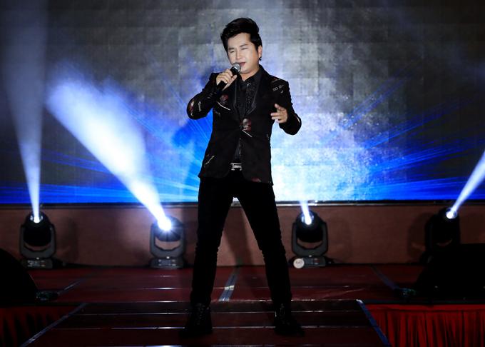 Bằng Cường biểu diễn ca khúc Ngày hạnh phúc trong chương trình.