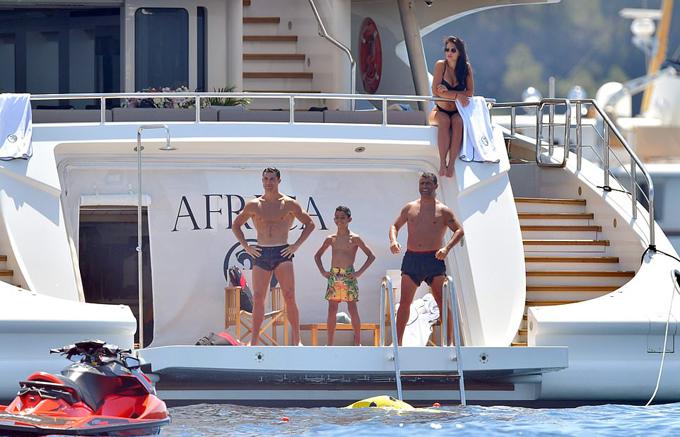 Chuyến đi này có vẻ chỉ dành cho siêu sao Juventus, bạn gái, nhóc Cristiano Jr cùng một số bạn bè.