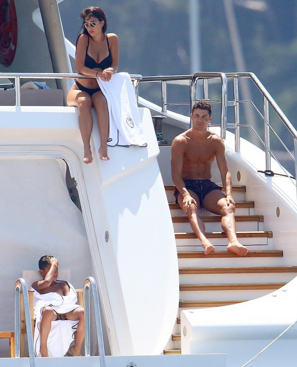 C. Ronaldo cùng Georgina Rodriguez và con trai cả của anh thuê siêu du thuyền có giá 200.000 USD một tuần