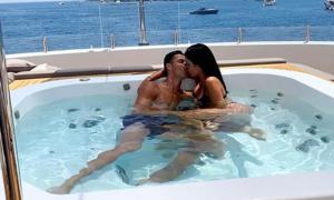 C. Ronaldo hôn bạn gái trên du thuyền