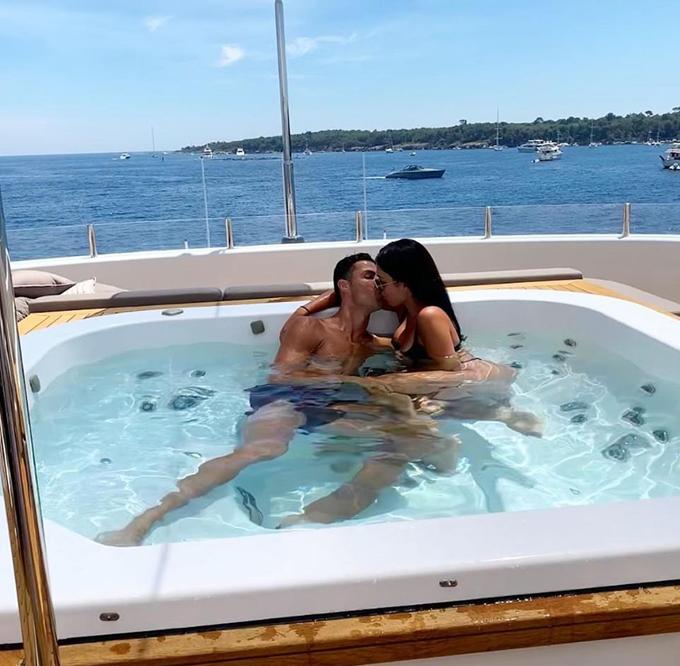 Trên trang cá nhân, C. Ronaldo đăng loạt ảnh trong kỳ nghỉ mới ở St Tropez, trong đó có khoảnh khắc hôn Georgina Rodriguez đắm đuối.