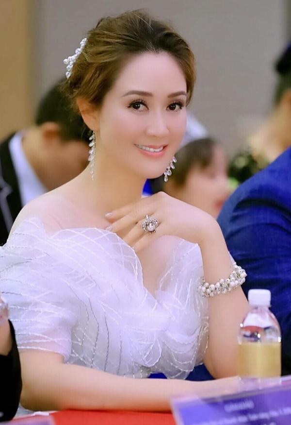 Người đẹp khéo kết hợp phụ kiện vòng tay, nhẫn, bông tai tinh tế, hài hòa với trang phục.