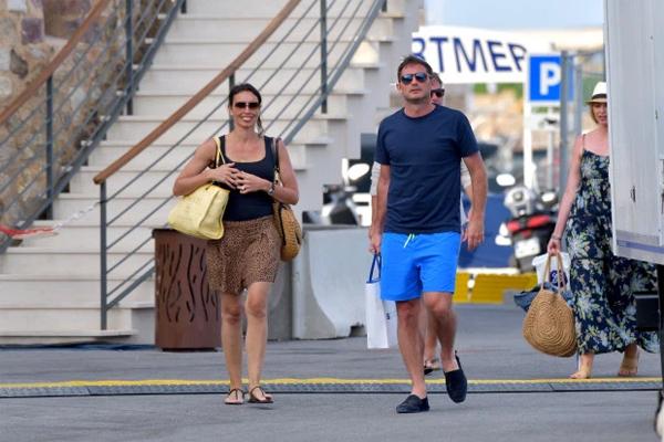 Vợ chồng cựu tiền vệ 41 tuổi đi dạo ở St Tropez hôm