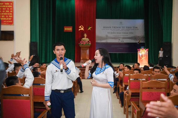 Đối với ca sĩ Khánh Hòa, vùng biển đảo, đặc biệt là Trường Sa đã như là máu thịt của mình. Khi đặt chân đến Vùng 4 Hải quân, trong lòng cô rạo rực như được về với gia đình.