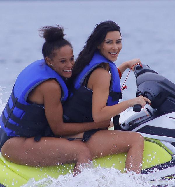 Kim Kardashian diện bikini nhỏ xíu tắm biển cùng các con - 7