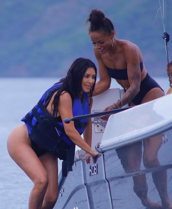 Kim đưa theo cả nữ huấn luyện thể hình Melissa Alcantara để tập luyện ngay cả khi đi nghỉ.
