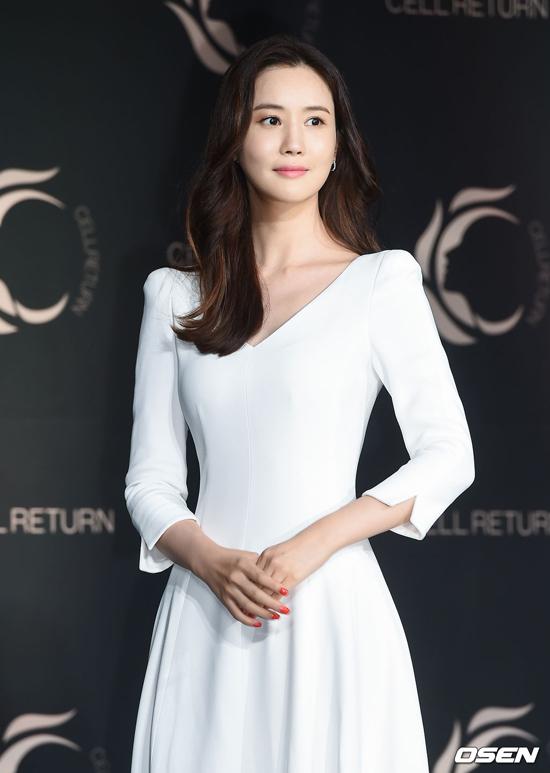 Lee Da Hae góp mặt trong buổi ra mắt sản phẩm mới của một thương hiệu tên tuổi tổ chức tại Four Seasons Hotel, Jongno-gu, Seoul, Hàn Quốc. Gương mặt ngôi sao Hàn từng bị nhận xét là cứng đơ, thiếu tự nhiên vì phẫu thuật thẩm mỹ, nhưng hiện tại, trông cô rất xinh đẹp.