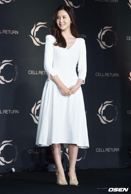 Lee Da Hae tôn vóc dáng trong một thiết kế lịch thiệp. 5 năm nay nữ diễn viên không đóng phim, chủ yếu tham gia sự kiện. Bộ phim gần đây nhất mà cô đóng là Hotel King năm 2014.