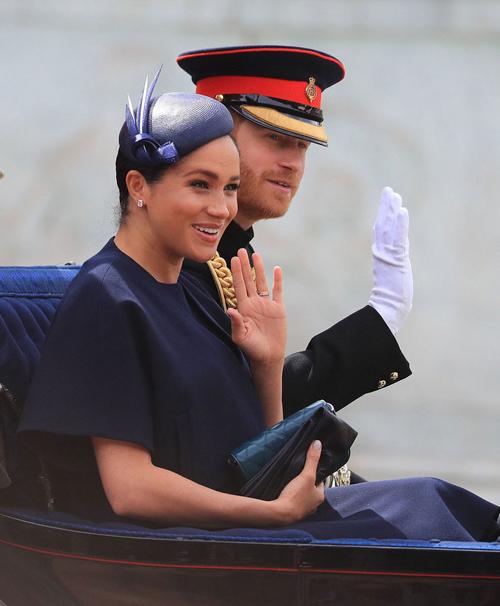 Vợ chồng Meghan ngồi xe ngựa trong sự kiện diễu hành mừng sinh nhật Nữ hoàng Anh hôm 9/6. Ảnh: PA.