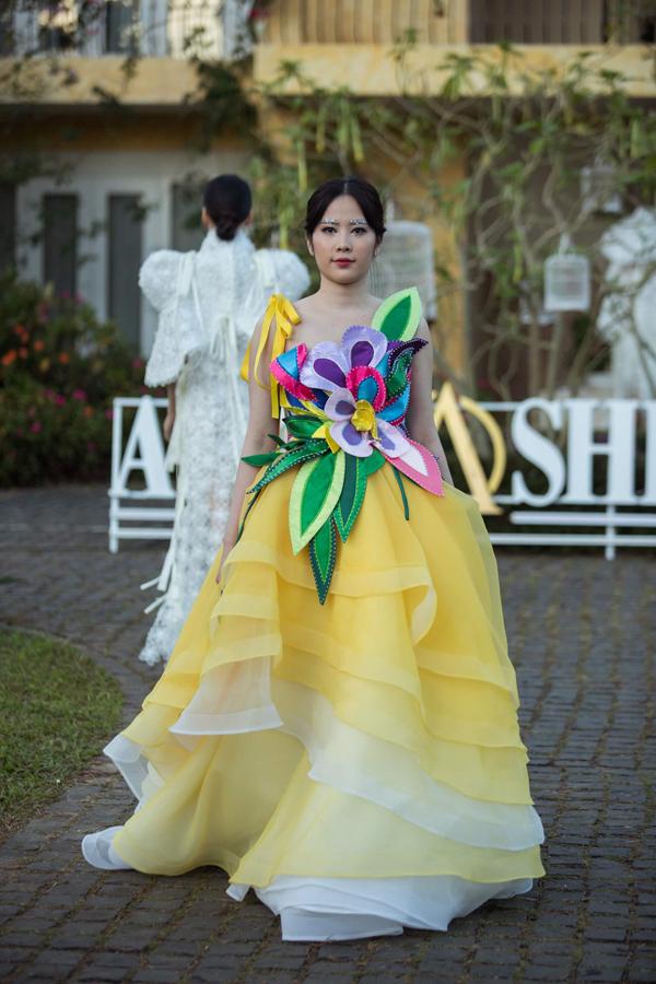 Xuất hiện trên sàn diễn thời trang, Nam Em cũng để lộ thân hình tròn trĩnh và khiến trang phục tạo khối trở nên nặng nề, thiếu sự bay bổng vốn có như ý tưởng của nhà mốt Việt.