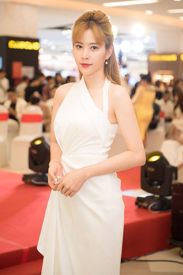 Tự tin với vóc dáng mảnh mai vì thế Nam Em thường xuyên chọn trang phục trắng, váy khoe khoảng hở để góp mặt tại các sự kiện.
