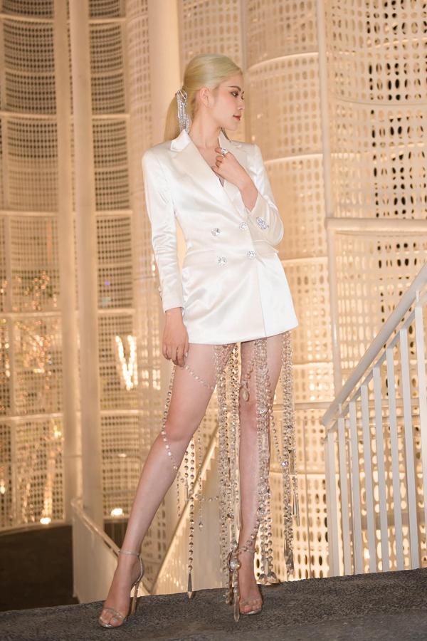 Blazer dress là xu hướng được ưa chuộng ở mùa mốt 2019, để trang phục đi tiệc của mình thêm bắt mắt người đẹp đã chọn thiết kế váy trắng đính pha lê.