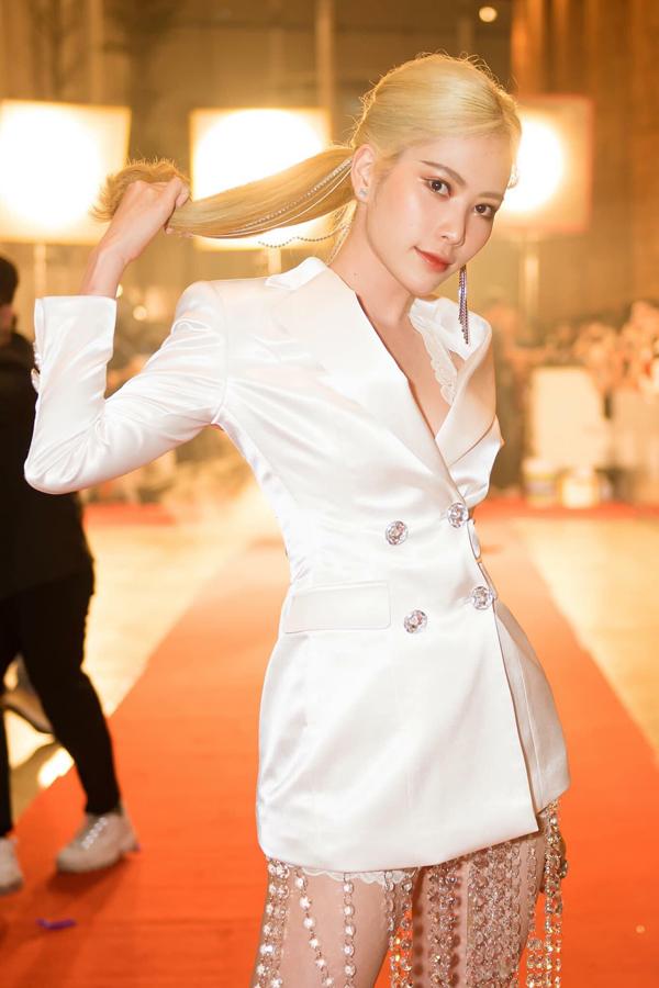 Váy ren ton-sur-ton cùng váy vest là trang phục giúp Nam Em khoe trọn đôi chân thon gọn khi xuất hiện trên thảm đỏ. Lối ăn mặc sexy giúp cô trở thành một trong những nhân vật gây ấn tượng khi đi xemlive show của Thu Minh.