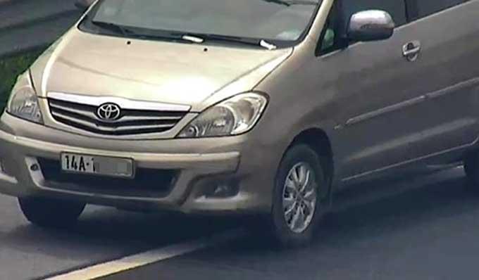 Nữ tài xế lái xe innova đi lùi trên cao tốc Hà Nội-Hải Phòng hôm 23/6.Ảnh cắt từ clip