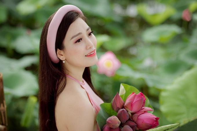 Thời gian qua, ca sĩHuyền Trang vẫn đang dốc sức cho dự án Đi dọc Việt Nam với 63 tỉnh thành trên cả nước. Bên cạnh đó, nữ ca sĩcũngthực hiện những dự án nhỏ lẻ mà gần đây nhất là MV Sen – bài hát của nhạc sĩLê Anh Thuỷ viết riêng cho cô.