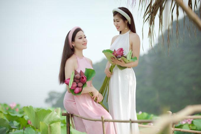 Chị em Huyền Trang - Thục Linh chọn trang phục áo dài, áo tứ thân và trang điểm nhẹ nhàng, chụp ảnh vào lúc sen nở rộ nhất.