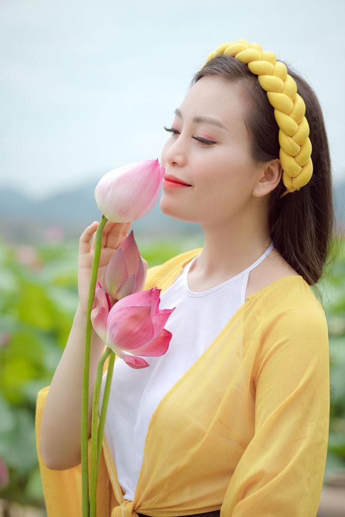 Tháng 7 tới, Huyền Trang sẽ thực hiện 2 MV gồm Sen và Yếm (cũng là một sáng tác của Lê Anh Thuỷ). Cả hai ca khúc này đều mang màu sắc dân gian trữ tình,phù hợp với giọng hát và cách hát của người đẹp.
