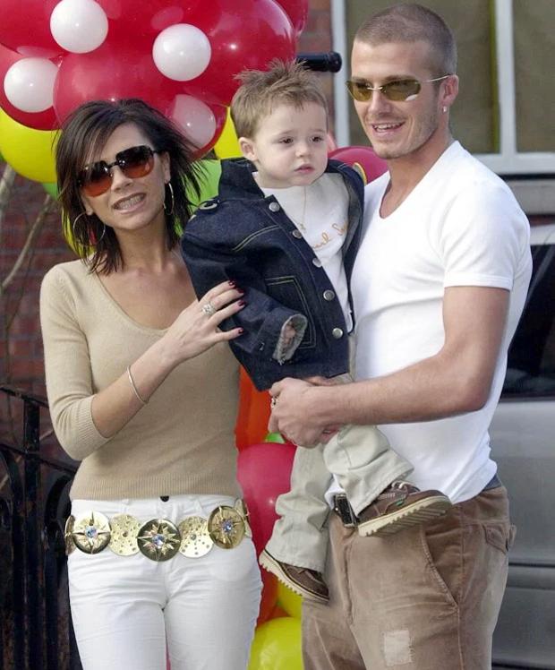Becks và Vic mừng sinh nhật hai tuổi của Brooklyn tại một quán rượugần tổ ấm ởAlderley Edge, Cheshire vào tháng 3/2001.