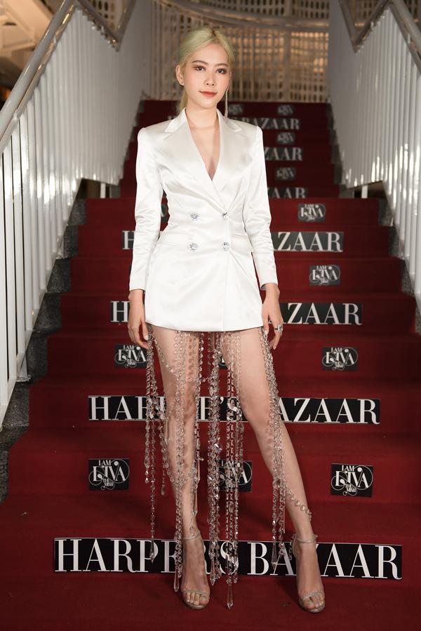 Sau khi tái xuất showbiz Việt với các mẫu đầm cut-out, váy xẻ cao, đầm cúp ngực, Nam Em tiếp tục gây sự chú ý với mốt váy vest siêu ngắn.