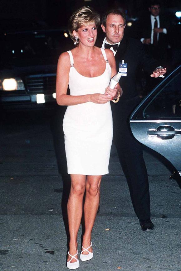 Sau đó 3 tháng, bà thể hiện phong cách tương tự tại buổi hòa nhạc từ thiện ở Milan, Italy.
