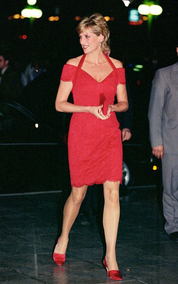 Thiết kế trễ vai đỏ rực kết hợp giày cao gót đồng điệu giúp người đàn bà đẹp trở thành tâm điểm trên đường phố Argentina ngày 24/11/1995.