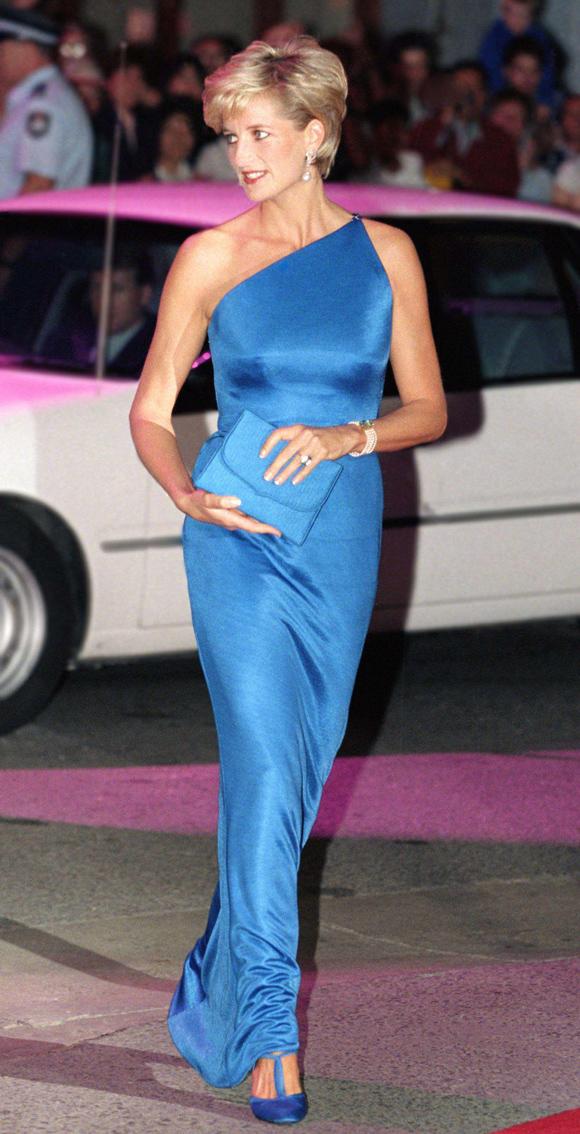 31/10/1996 - hơn hai tháng sau khi chính thức ly hôn Thái tử Charles, Diana lộng lẫy dự tiệc gây quỹ từ thiện ở Sydney, Australia với trang phục lệch vai gam xanh duyên dáng, phối kèm phụ kiện ton-sur-ton.