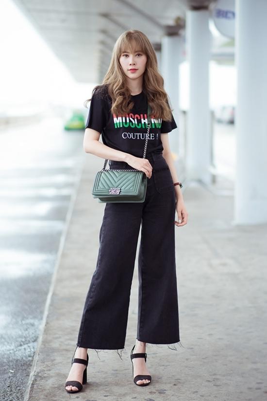 Nam Em đầu tư trang phục streetstyle với áo thun, túi đeo và đồng hồ đến từ các thương hiệu nổi tiếng, tổng giá trị khoảng 200 triệu đồng.