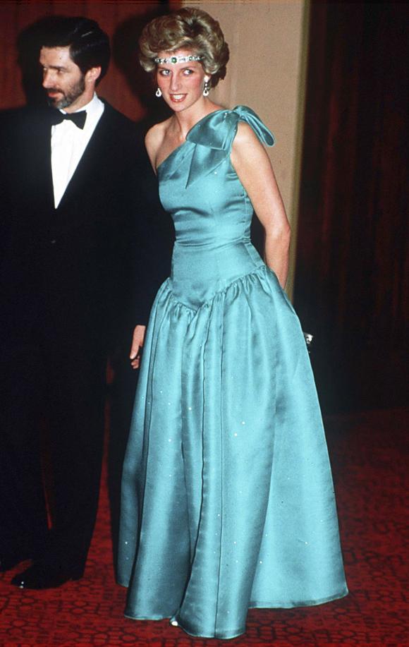 Cùng phu quân tham dự một sự kiện ở Melbourne, Australia đầu tháng 10/1985 - một năm sau khi sinh Hoàng tử Harry, công nương xứ Wales khoe vòng eo nhỏ nhắn trong mẫu váy xanh yêu kiều. Đặc biệt, bà gây bất ngờ khi dùng chiếc vòng cổ ngọc lục bảo mà Nữ hoàng Elizabeth II tặng vào ngày cưới, như một chiếc băng đô đeo trên trán.