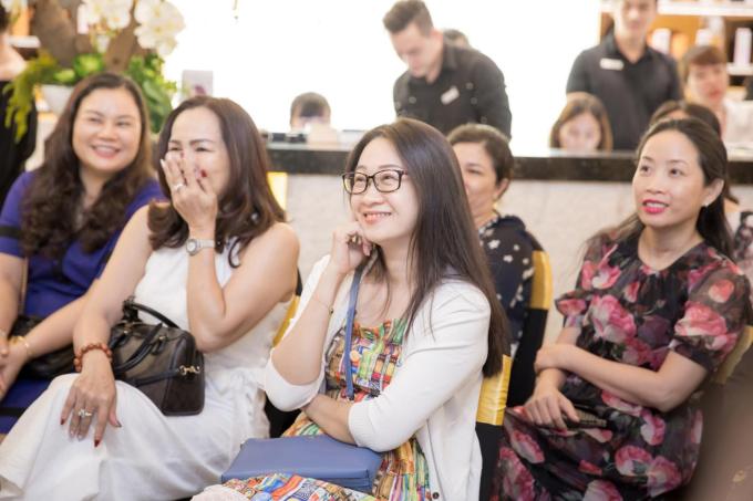 Từ câu chuyện gia đình thường ngày, nữ MC khéo léo dẫn dắt người nghe đến câu chuyện chăn gối - vợ chồng