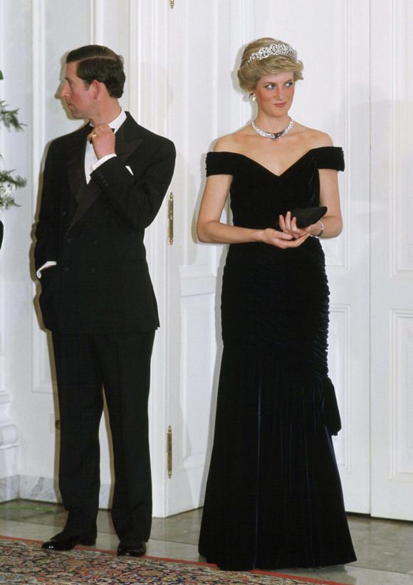 Bộ đầm nhung đen Victor Edelstein đem tới cho bà mẹ hai con vẻ sang trọng, quyến rũ tại một sự kiện ở Bonn, Đức hôm 2/11/1987.