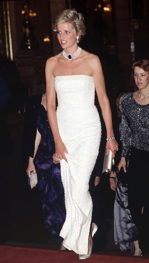 Tháng 5/1990, Diana khoe vai trần trên thảm đỏ ở Budapest, Hungary.