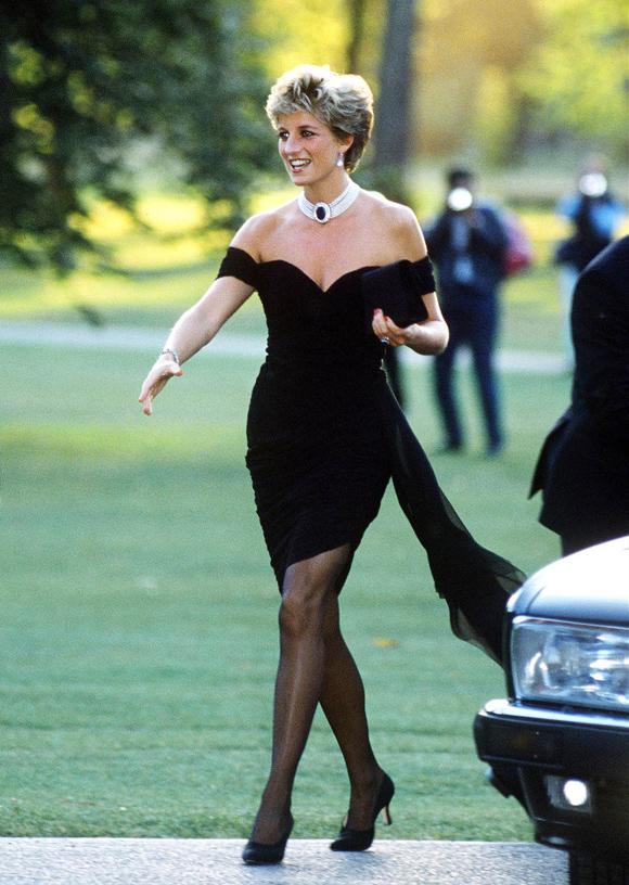 Tháng 6/1994, một bộ phim tài liệu về việc Thái tử Charles ngoại tình được phát sóng. Ngay sau đó, với bản lĩnh tuyệt vời và hiểu rõ sức mạnh của thời trang, Diana quyết định phá vỡ quy tắc hoàng gia, đối mặt với truyền thông bằng cách mặc thiết kế màu đen hở vai, cúp ngực sexy và ngắn trên gối, rạng rỡ đến sự kiện từ thiện ở Serpentine Gallery, London. Hôm sau, hình ảnh tự tin này của bà chiếm sóng trên rất nhiều tờ báo.