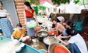 Hội bạn thân ăn cưới xong còn giúp cô dâu rửa 50 mâm bát