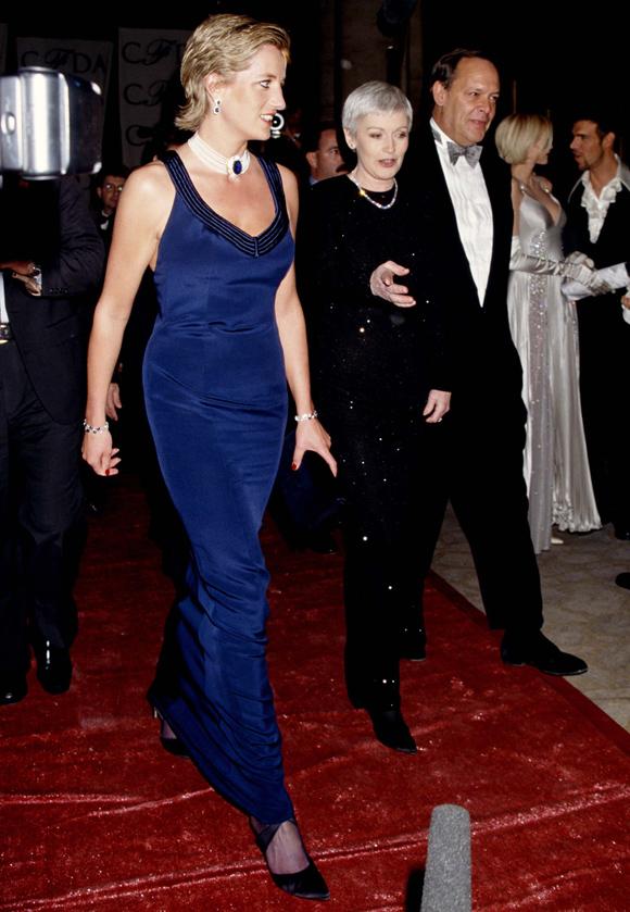 Công nương xứ Wales gây ấn tượng trên thảm đỏ lễ trao giải CFDA tháng 1/1995 khi phô diễn đường cong gợi cảm trong mẫu đầm Catherine Walker ôm khít cơ thể.