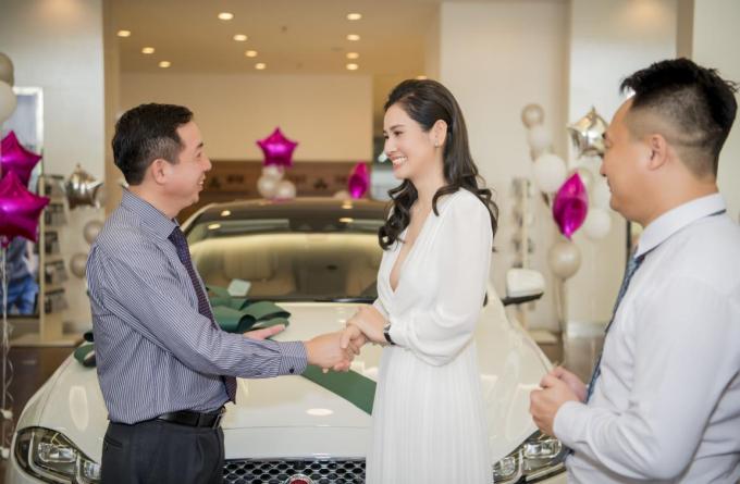 Xế hộp mới tậu của doanh nhân Hà Bùi thuộc dòng xe sang Jaguar XJL 3.0 Portfolio. Nữ doanh nhân chọn màu xe trắng sang trọng. Thương hiệu xe Jaguar được rất nhiều doanh nhân, ngôi sao nổi tiếng trên thế giới ưa chuộng.