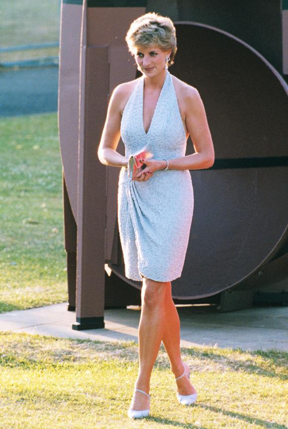 Cũng trong năm 1995, Diana nhiều lần chọn váy ngắn trên gối để xuất hiện trước công chúng, chẳng hạn như lần dự tiệc từ thiện ở công viên Hyde Park London vào tháng 6.