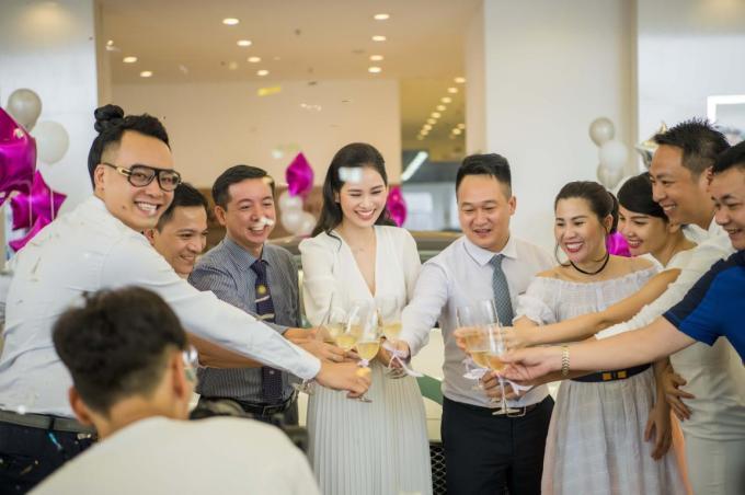 Đông đảo bạn bè cùng chúc mừng sinh nhật của CEO thương hiệu thời trang cao cấp Sohee. Khi được hỏi về mong muốn ở tuổi 37, người đẹp nói chỉ có một ước mơ duy nhất là phát triển Sohee trở thành một trong những hãng thời trang số 1 dành cho phụ nữ công sở của Việt Nam.